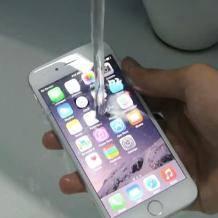 苹果新款宣称水深两米可停留30分钟,杭州小伙用水冲了,结果……    防水?抗水?有什么不一样?